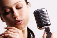 Donna sexy che canta nel retro mic Fotografie Stock Libere da Diritti
