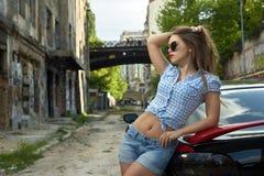 Donna sexy che conduce un'automobile fotografie stock libere da diritti