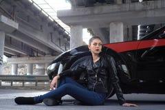 Donna sexy che conduce un'automobile fotografia stock