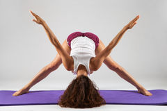 Donna sexy che fa gli esercizi di yoga fotografia stock libera da diritti