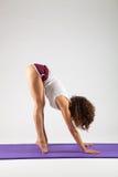 Donna sexy che fa gli esercizi di yoga immagini stock libere da diritti