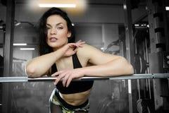 Donna sexy che fa gli esercizi in palestra Immagine Stock Libera da Diritti