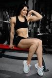 Donna sexy che fa gli esercizi in palestra Fotografia Stock Libera da Diritti