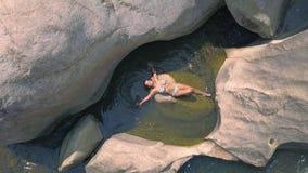 Donna sexy che gode del bagno nella vista aerea trasparente dell'acqua di fiume Bella donna in bikini che si trova nella vista de archivi video