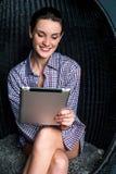 Donna sexy che passa in rassegna sul dispositivo di cuscinetto di tocco Fotografia Stock