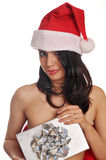 Donna sexy che porta il cappello rosso della Santa fotografia stock