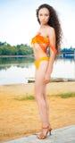 Donna sexy che si leva in piedi in bikini sulla spiaggia immagine stock libera da diritti