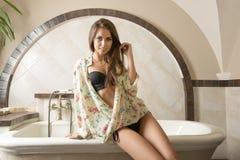 Donna sexy che si siede sulla vasca da bagno Immagine Stock Libera da Diritti
