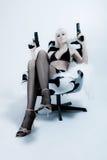 Donna sexy che tiene 2 pistole Fotografia Stock Libera da Diritti