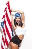 Donna sexy che tiene la bandiera degli S.U.A. in foulard Fotografie Stock Libere da Diritti