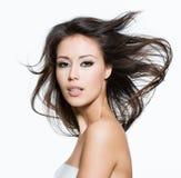 Donna sexy con bei capelli marroni lunghi Fotografia Stock Libera da Diritti
