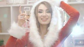 Donna sexy con bocal di champagne che ride e che balla lentamente stock footage