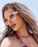 Donna sexy con gli occhiali da sole Illustrazione Vettoriale