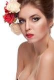 Donna sexy con i fiori in capelli sopra fondo bianco Fotografia Stock