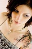 Donna sexy con il tatuaggio in vestito immagini stock libere da diritti