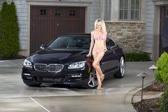 Donna sexy con l'automobile nera immagini stock