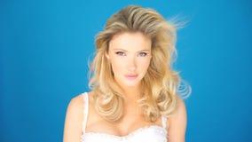 Donna sexy con la biancheria d'uso dei capelli biondi archivi video