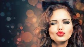 Donna sexy con la maschera di carnevale al partito veneziano fotografia stock libera da diritti