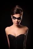 Donna sexy con la mascherina nera del partito sul fronte Fotografia Stock Libera da Diritti