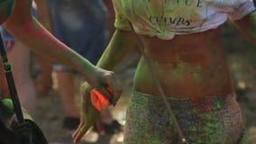 Donna sexy con la pancia nuda che scuote la pittura della polvere fuori al festival di Holi, festa archivi video
