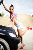 donna sexy con la sua automobile rotta. Immagini Stock