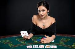 Donna sexy con le carte della mazza Fotografie Stock Libere da Diritti