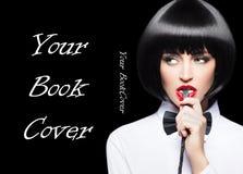 Donna sexy con le labbra rosse nella copertina di libro del ritratto della frusta del morso della parrucca immagine stock