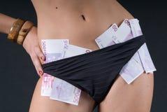 Donna sexy con soldi nel bikini Immagini Stock