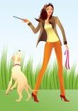 Donna sexy con un cane nella sosta Immagine Stock