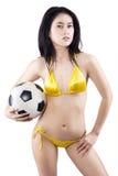 Donna sexy con un pallone da calcio isolato fotografia stock