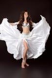 Donna sexy del bello bellydancer arabo nel bianco cos di bellydance Fotografia Stock Libera da Diritti
