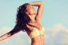 Donna sexy del bikini che si sente libero nel corpo di perdita di peso fotografie stock libere da diritti