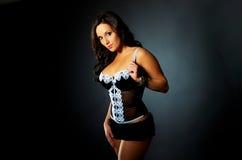 Donna sexy del Brunette della biancheria all'indicatore luminoso drammatico Immagine Stock