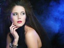 Donna sexy del brunette in fumo fotografia stock libera da diritti