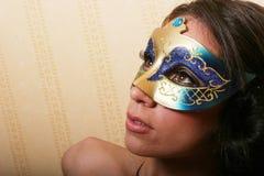 Donna del brunette nella mascherina Immagini Stock