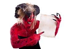 Donna sexy del diavolo rosso che tiene un contratto Fotografia Stock