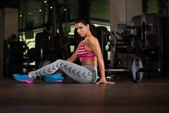 Donna sexy del latino che riposa dopo l'allenamento in palestra Fotografia Stock Libera da Diritti