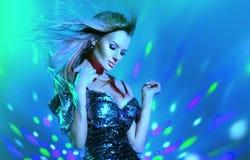 Donna sexy del modello di moda che balla alla luce al neon Ballerino della discoteca che posa alla luce variopinta UV fotografie stock