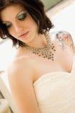 Donna sexy del tatuaggio in vestito nuziale immagini stock libere da diritti