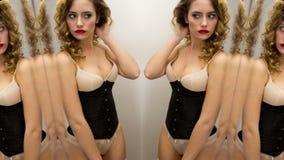 Donna sexy dello specchio della biancheria stock footage