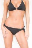 Donna sexy di abbronzatura in bikini che mostra l'ente caldo di misura di estate Perfezioni la domanda biologica di ossigeno curv Immagine Stock