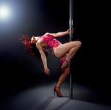 Donna sexy di ballo del palo. Immagine Stock