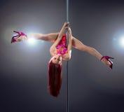 Donna sexy di ballo del palo. Immagini Stock
