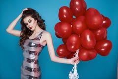 Donna sexy di bellezza con il compleanno rosso di giorno di biglietti di S. Valentino del baloon del cuore Fotografia Stock