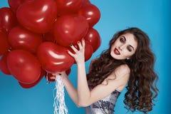 Donna sexy di bellezza con il compleanno rosso di giorno di biglietti di S. Valentino del baloon del cuore Fotografia Stock Libera da Diritti
