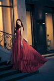 Donna sexy di bellezza in vestito rosso d'ondeggiamento Fotografia Stock Libera da Diritti