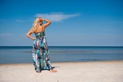 Donna sexy di estate vicino al mare sulla spiaggia Immagini Stock Libere da Diritti