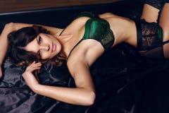 Donna sexy di fascino con capelli scuri che portano la biancheria elegante del pizzo Fotografie Stock