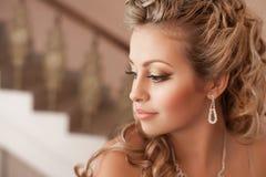 Donna bionda con i gioielli del diamante con l'acconciatura ed il trucco Immagine Stock Libera da Diritti