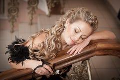 Donna bionda con i gioielli del diamante con l'acconciatura ed il trucco Fotografia Stock